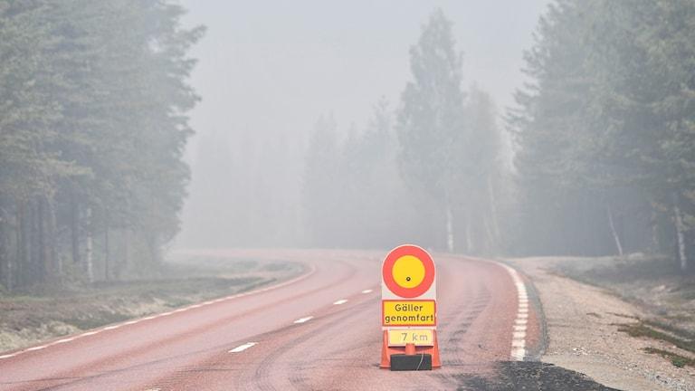 Skogsbränderna i Ljusdal. Avspärrad rökig väg 84 mellan Ljusdal och Lassekrog