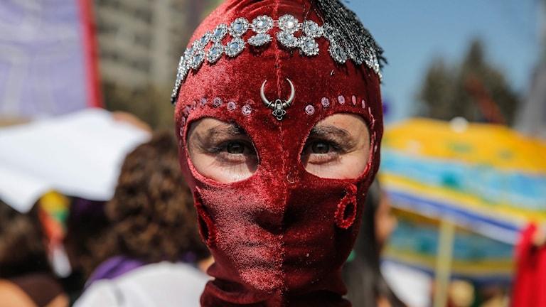 En av hundratusentals, kanske miljontals, demonstranter på internationella kvinnodagen i Chiles huvudstad Santiago.