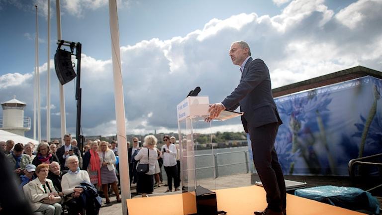 En man håller tal.