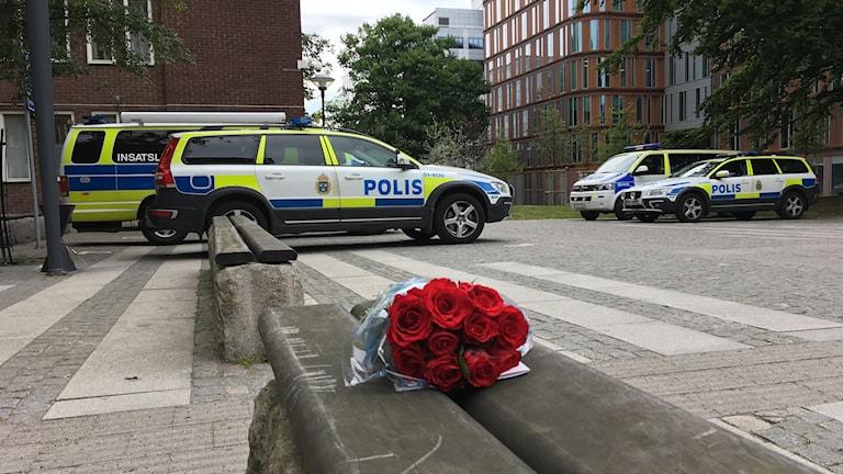 Blommor utanför polishuset i Göteborg.