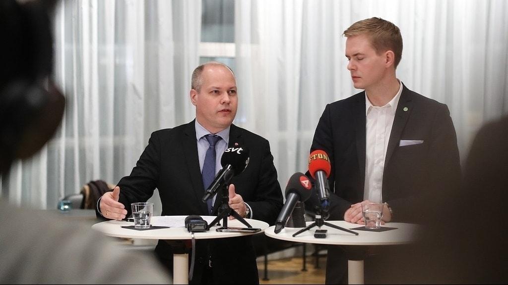 Justitieminister Morgan Johansson (S) och utbildningsminister Gustav Fridolin (MP) på en pressträff.
