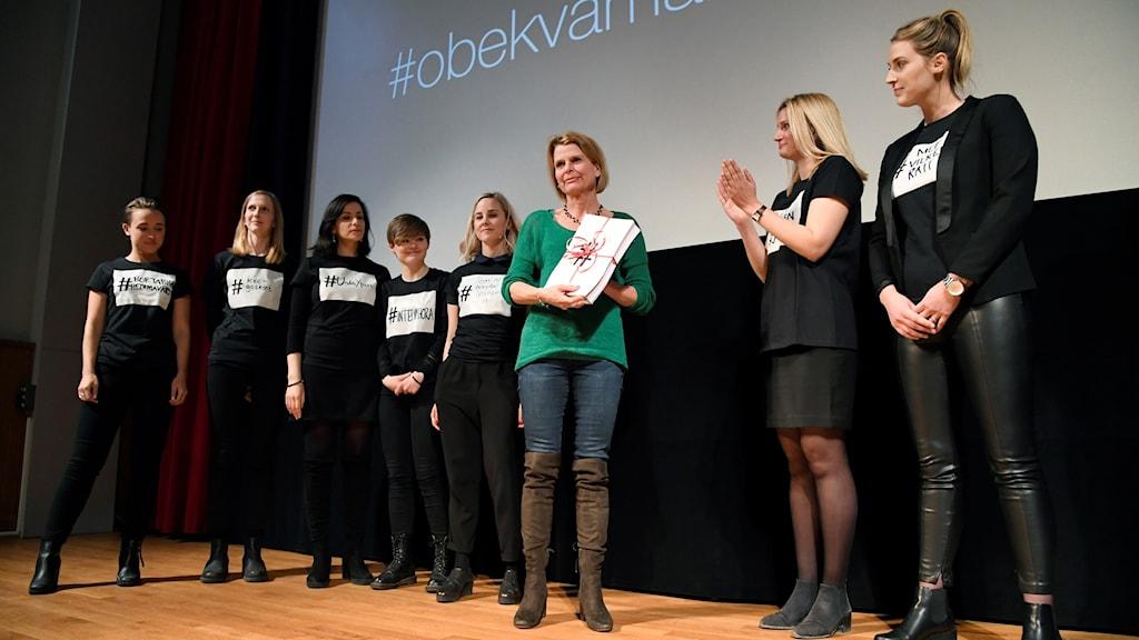 Flera kvinnor på en scen.