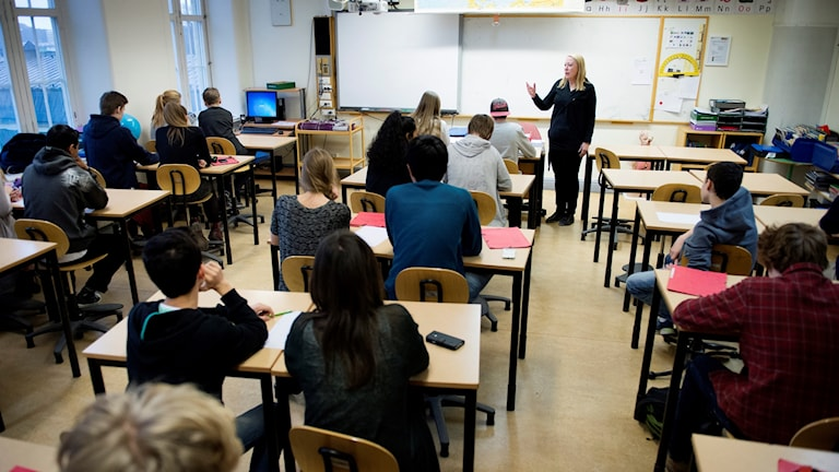 Elever sitter i ett klassrum.