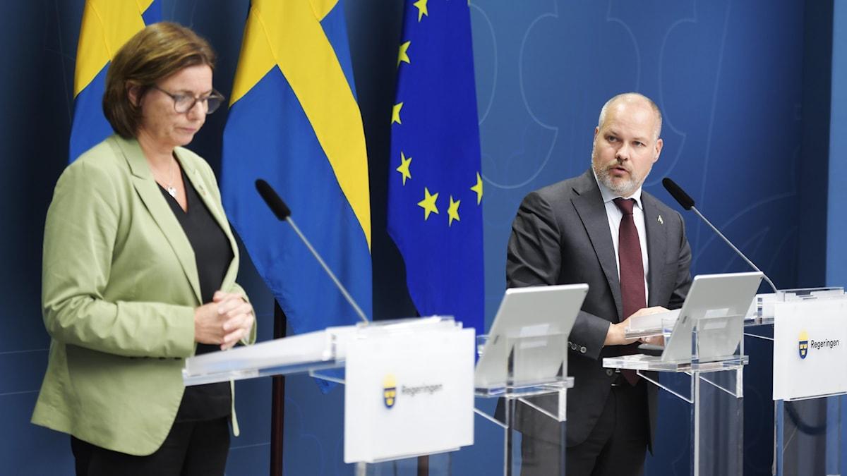 Isabella Lövin (MP) och Morgan Johansson (S).
