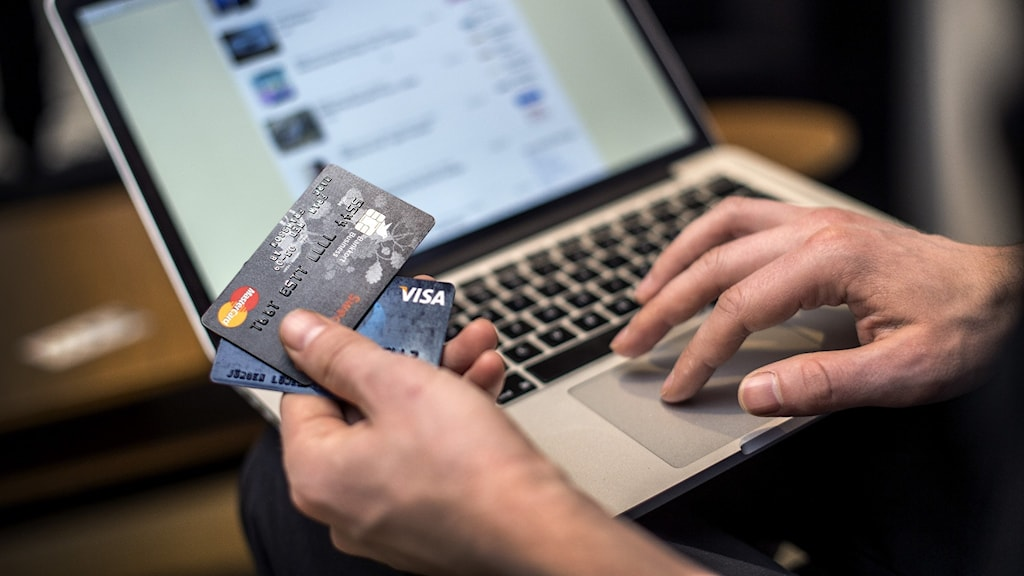 En person betalar med kort vid e-handel på nätet