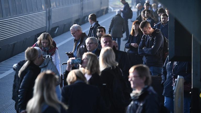 Väntande passagerare i morse. Foto: Johan Nilsson/TT.
