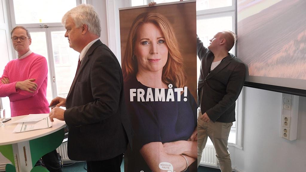 enterpartiets partisekreterare Michael Arthursson presenterar partiets valkampanj. Budskapet är: Famåt! I bakgrunden en affisch med bild på partiledaren Annie Lööf. Foto: