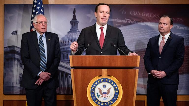 Senator Chris Murphy tillsammans med senatorerna Bernie Sanders och Mike Lee.