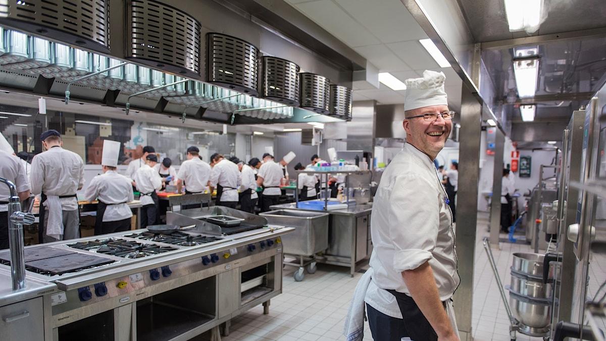 Köksmästaren Gunnar Eriksson leder arbetet i köket