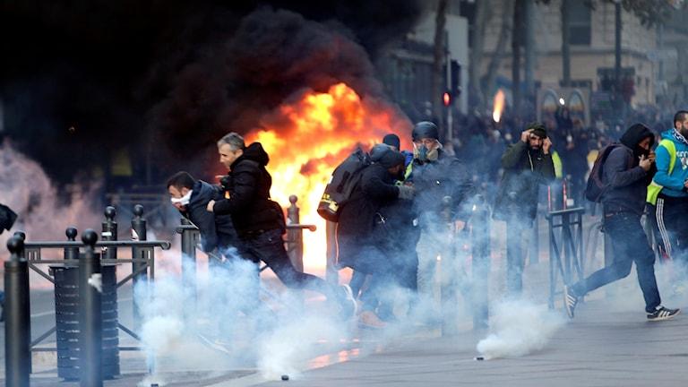De franska myndigheterna har efter attacken i Strasbourg i onsdag ombett demonstranterna att vara rimliga.
