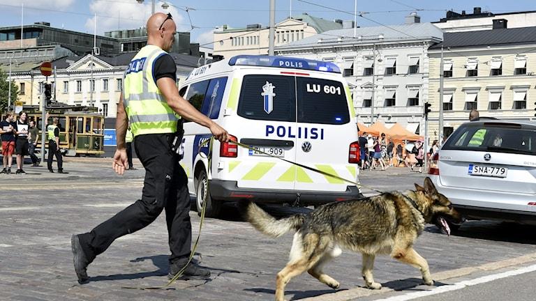 Polis med polishund i Helsingfors.