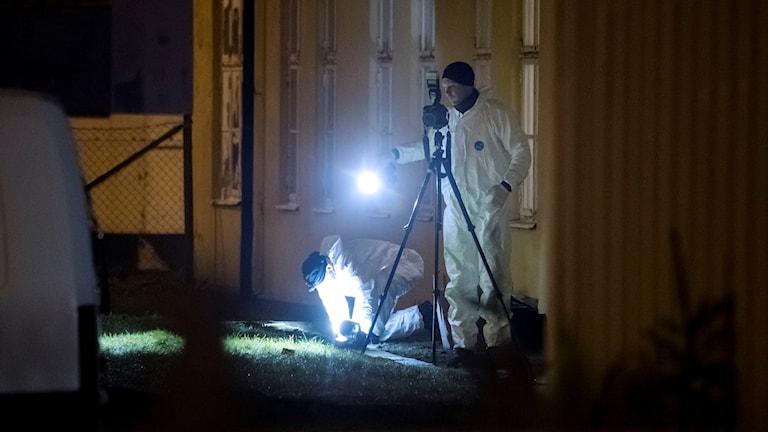 Polisens kriminaltekniker undersöker ett område kring Bredgatan i Helsingborg efter ett bråk.