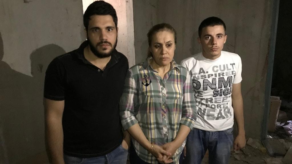 Milad, Najd och Qasima Tamer i källaren där de gömde sig för kidnapparna.