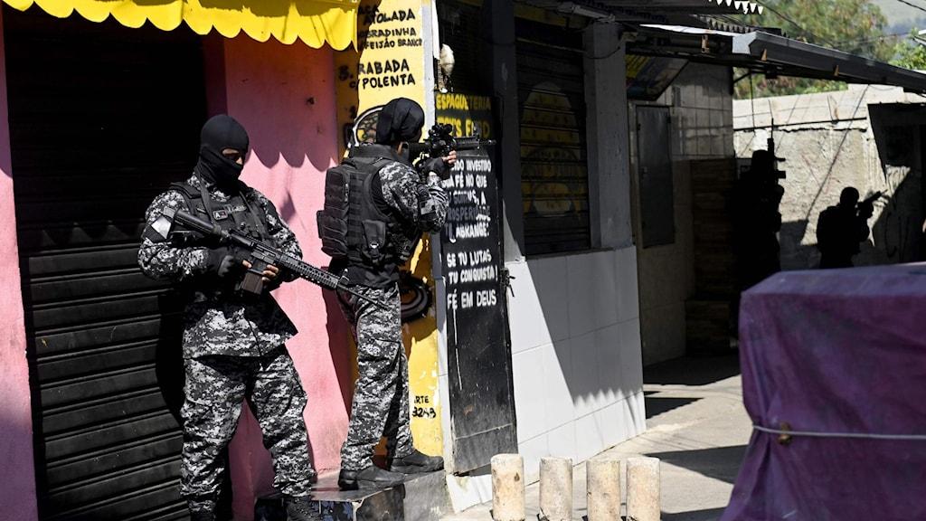 Poliser vapen vid tillslag.
