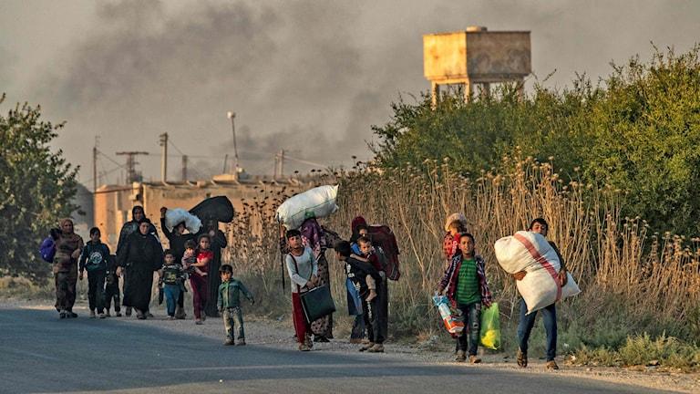 Civila flyr från flyganfall i Ras al-Ai i nordöstra Syrien.