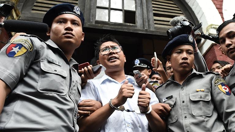 Journalisten Wa Lone eskorteras ut från domstolen av polis
