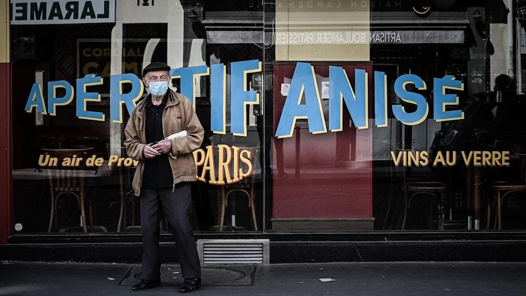 Man på gatan i Paris.