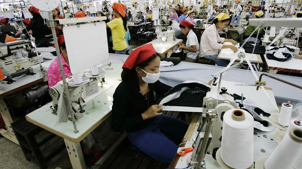 Textilarbetare i en fabrik i Phnom Penh, Kambodja.