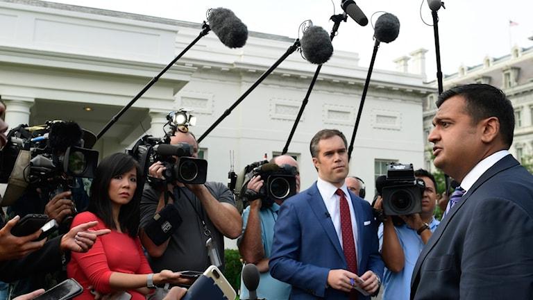 Vita husets talesperson Raj Shah talar med reportrar om FBI:s bakgrundskoll av Kavanaugh.