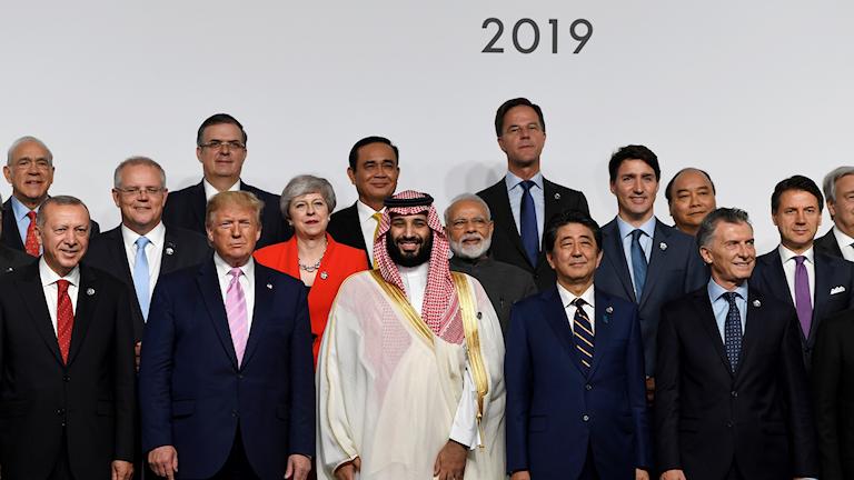 En bild som föreställer ett antal världsledare uppställda bredvid varandra, på G20 japans öppnande.