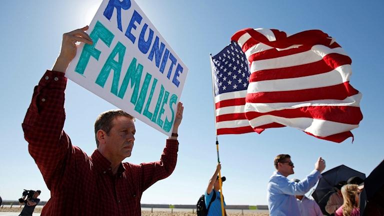 Demonstranter vid gränsen mot Mexiko protester mot att barn skiljs från sina föräldrar. Bilden är från den 21 juni, dagen efter det att Trump utfärdade presidentdekretet.