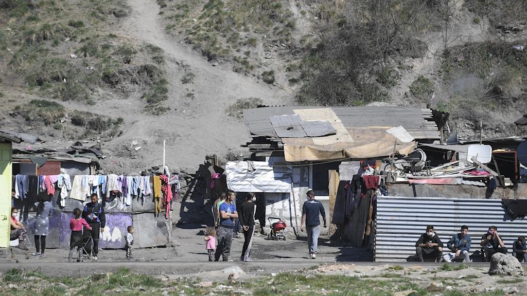 Romskt läger med små enkla skjul i Slovakien
