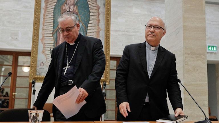 Biskoparna Luis Fernando Ramos Perez (höger) och Juan Ignacio Gonzalez förkunnar att de avgår.