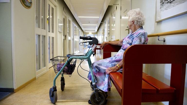 En kvinna på ett äldreboende. Arkivbild.