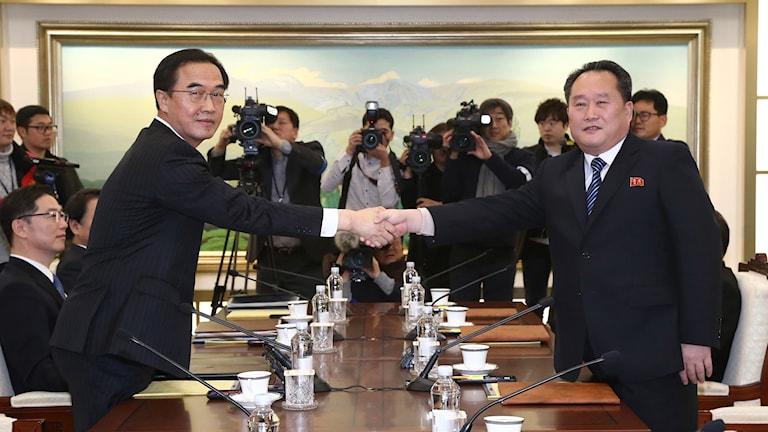 Sydkoreas minister Cho Myoung-Gyon, och den nordkoreanska delegationens ledare Ri Son-Gwon skakar hand vid mötet. Foto: TT.