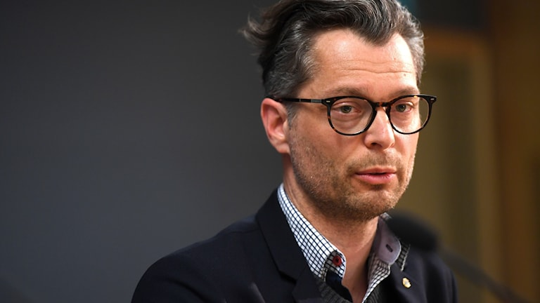 En man med glasögon.