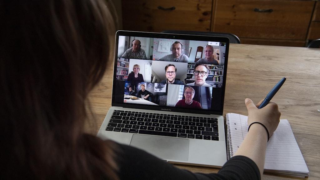 En person som sitter framför en bärbar dator och har ett digitalt möte med andra personer.
