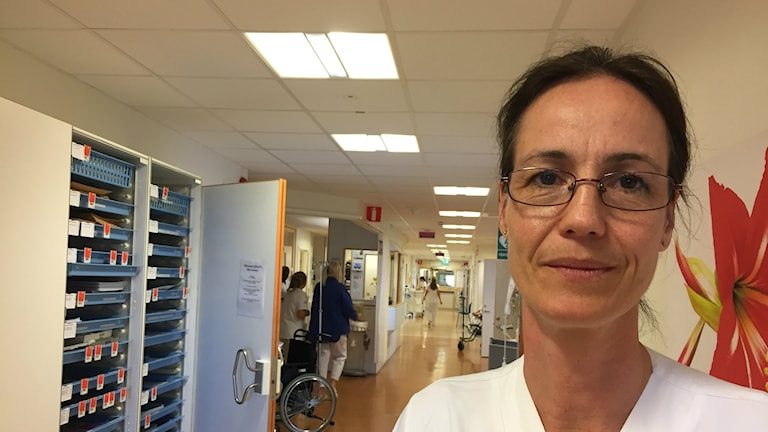 Bilden visar Pauline Djerf, överläkare på kirurgen på Skånes universitetssjukhus. Hon står i korridoren på en vårdavdelning. Foto: Anna Bubenko/Sveriges Radio.