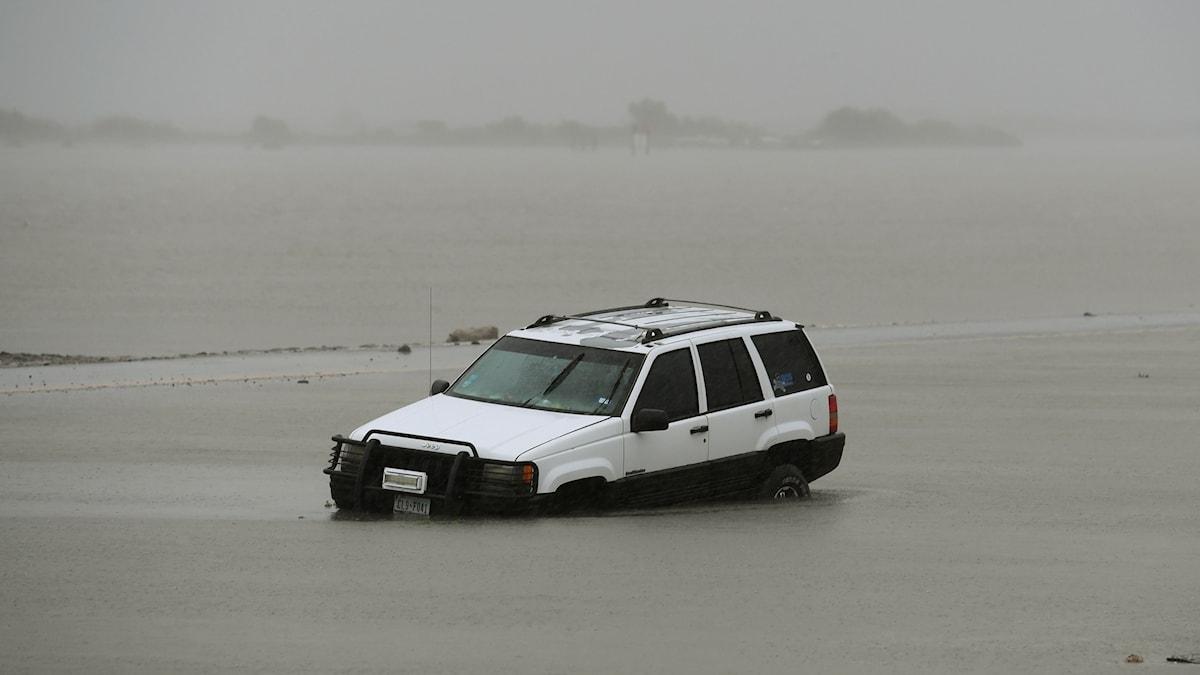 Bil i vattenmassor