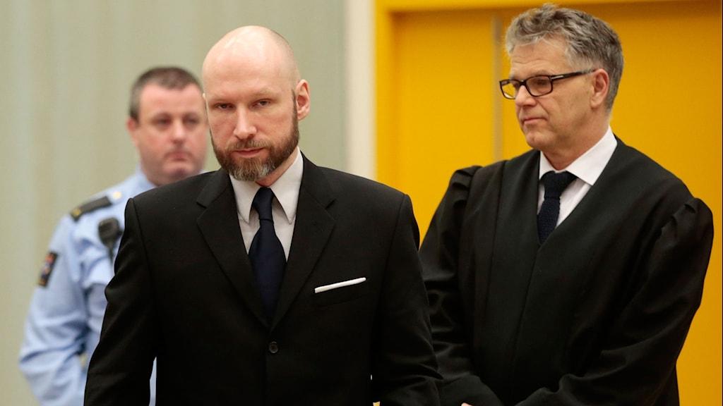 Breivik i rätten, har kostym på sig