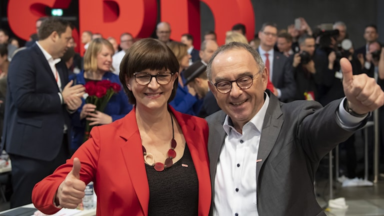 Norbert Walter-Borjans och Saskia Esken efter valet till ny ledarduo för SPD, 6 december 2019. Foto: Jens Meyer/TT.
