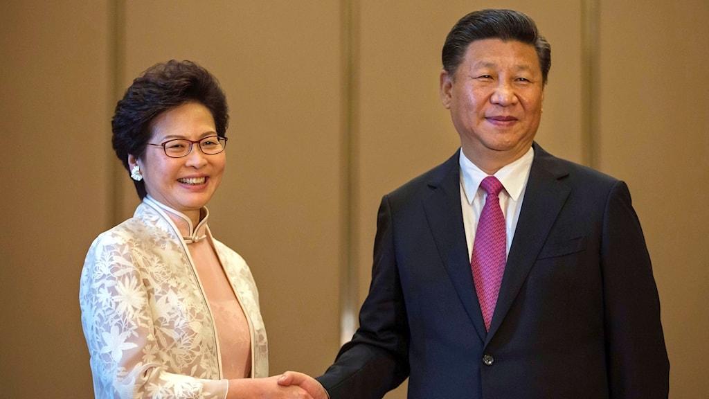 Kinas president Xi Jinping och Hongkongs nya ledare Carrie Lam.