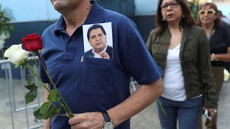 Bild på människor som går till Alan Garcia's begravning..