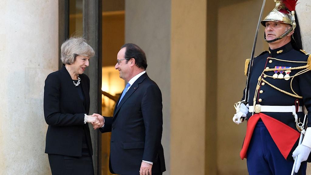 Franska presidenten Francois Hollande skakar hand med Theresa May vid Elyseepalatset i Paris.