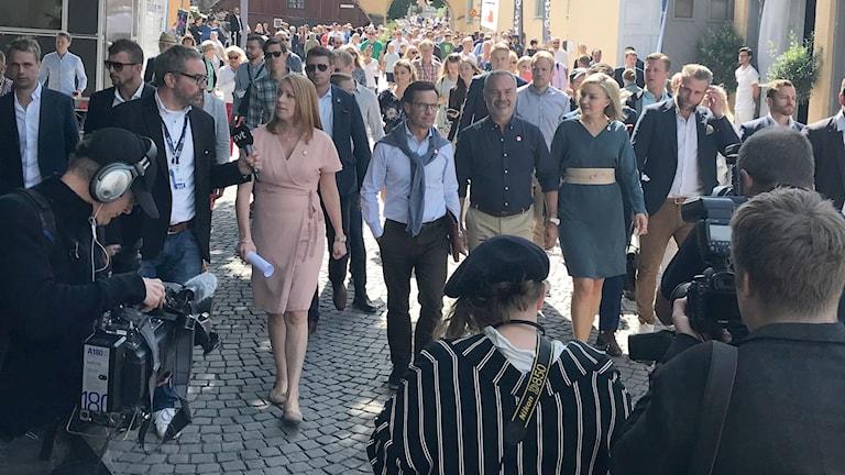 Alliansen går till presskonferensen.