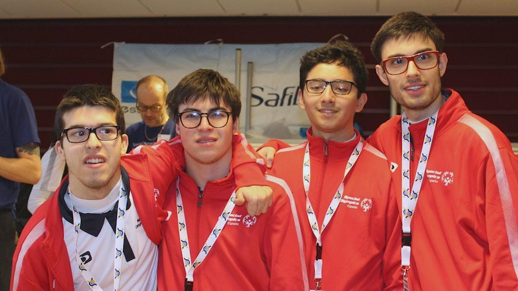 Fyra spanska killar med intellektuell funktionsnedsättning som alla fått glasögon gratis i samband med Special Olympics hälsoundersökningar.
