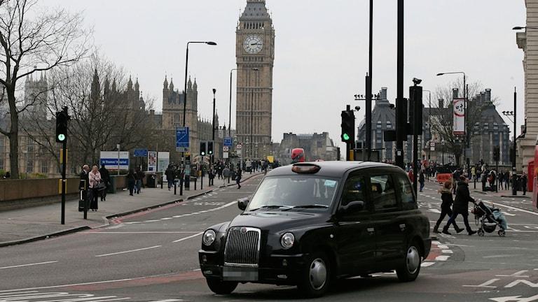 Sexbrottsdömd taxichaufför släpps i London. En Londontaxi.