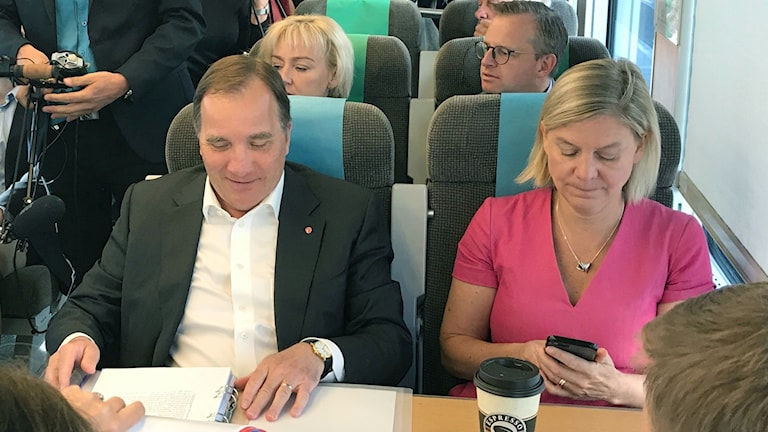 Delar av regeringen ombord på ett tåg