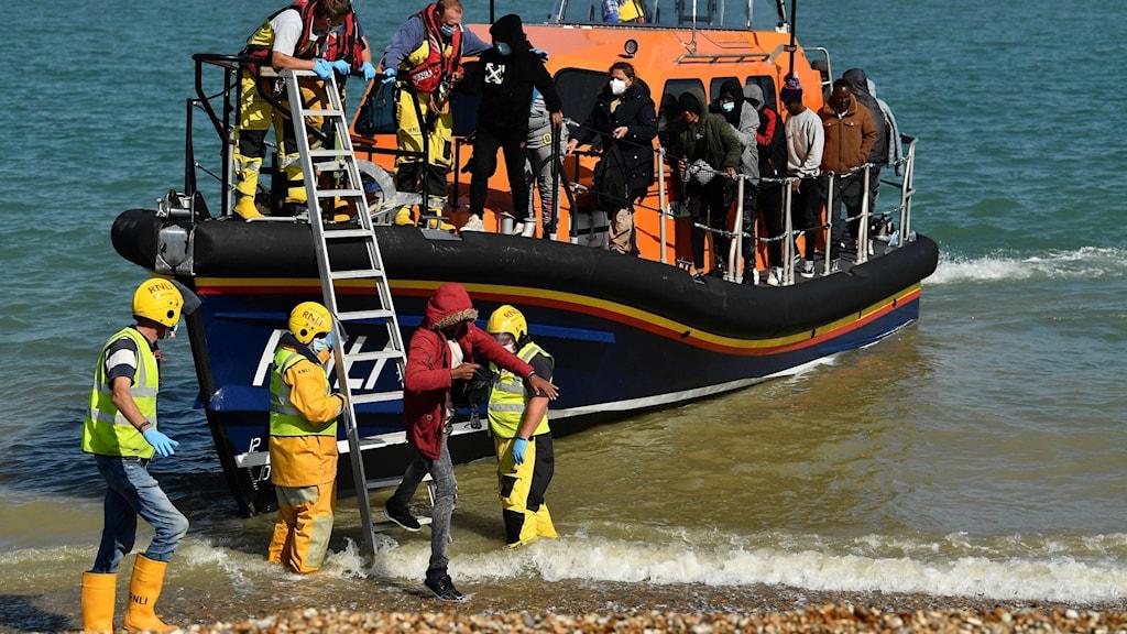 Migranter på båt vid Engelska kanalen