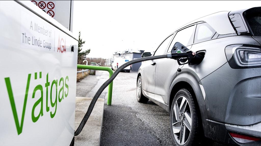 En bil laddas med vätgas.