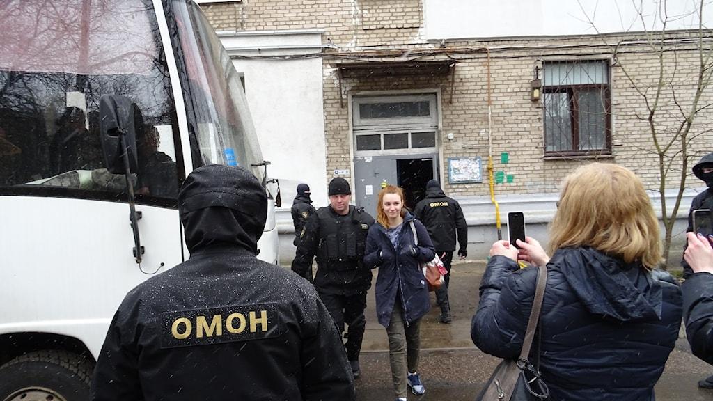 Gripanden vid Vjasnas kontor i Minsk av Omon på lördagen.