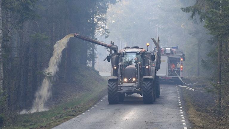 Släckningsmaskiner i det branddrabbade området