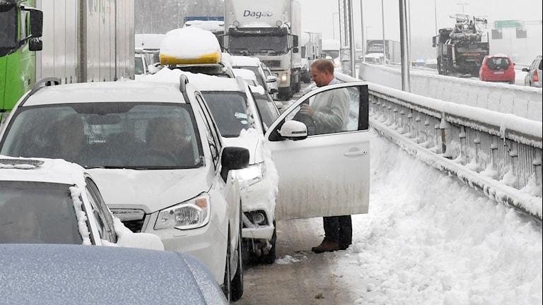 Fortfarande står många bilar kvarlämnade på vägarna runt Stockholmsområdet.