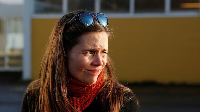 Kvinna med solglasögon i pannan.