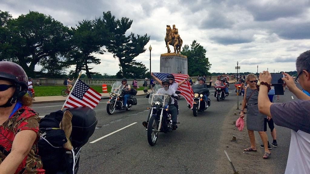 Motorcyklister med amerikanska flaggor.