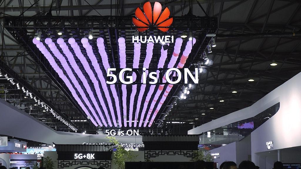 Mässmonter med en Huawei-logga och texten 5G is on.